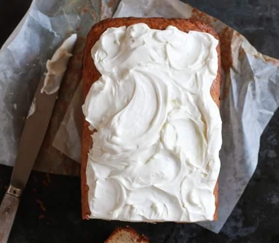 Retete pentru pranz: iaurt grecesc cu chifla sau corn graham