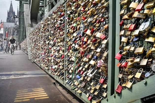 Destinatii romantice: lacatele iubirii pe podurile Senei, Paris, Franta