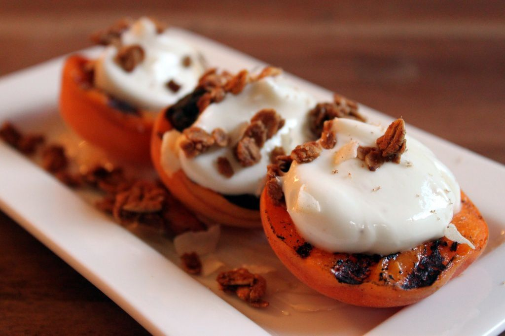 Retete pentru un desert dietetic : piersici la grill cu iaurt si miere