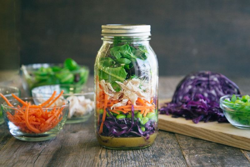 Prepara o reteta pranz cu salata de pui in borcan