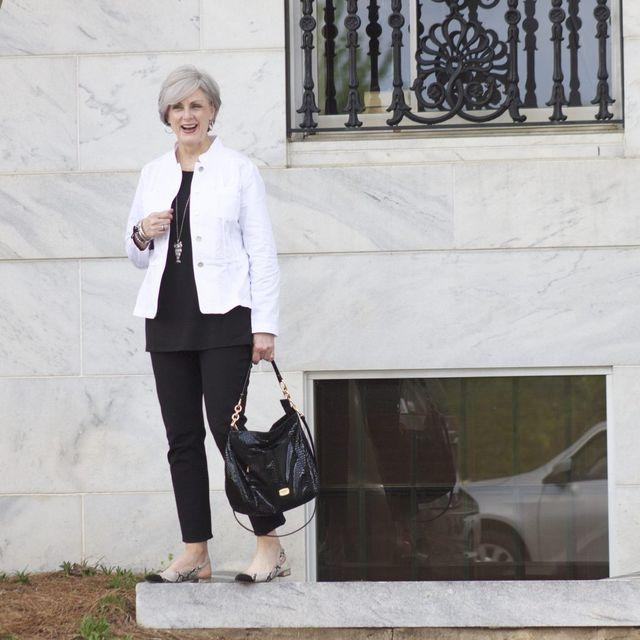 Tinute elegante in alb si negru pentru femei de peste 50 de ani